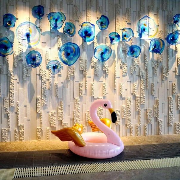Нежно розовый круг фламинго с золотыми крыльями
